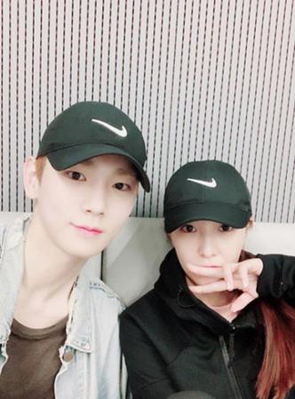 韓国歌手BoAが、所属事務所SMエンタテインメントの後輩であるキー(SHINee)と撮った写真を公開した。(提供:OSEN)
