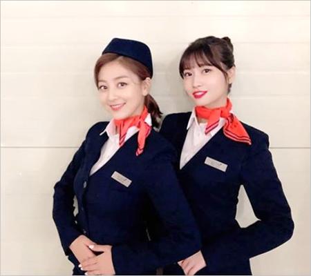 韓国ガールズグループ「TWICE」メンバーのジヒョとモモが、乗務員姿の写真を公開した。(提供:OSEN)
