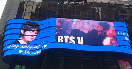 韓国ボーイズグループ「防弾少年団」メンバーのVが、世界中の芸能人でも初となる、ニューヨーク・タイムズスクエアのABC Supersign LED広告板に個人広告を出し、注目を集めている。(写真提供:OSEN)