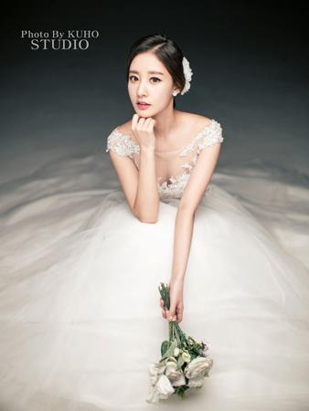 韓国ボーイズグループ「EXO」CHANYEOLの実姉、パク・ユラYTNアナウンサーが13日午後、ソウル市内で3歳上のマスコミ従事者と結婚式を挙げる。(提供:OSEN)