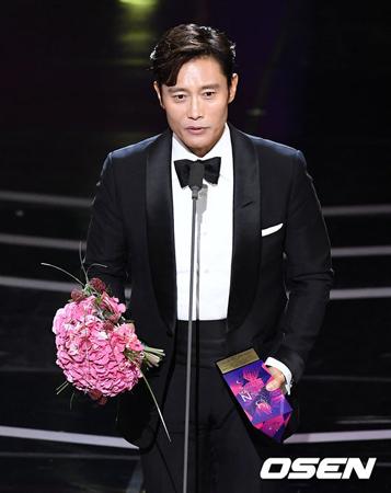 韓国俳優イ・ビョンホンが、韓国芸能マネジメントが主催する「2018 APAN STAR AWARDS」で大賞を受賞した。(提供:OSEN)