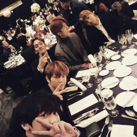 「EXO」CHANYEOLが、姉の結婚式に出席したメンバーたちとの写真を公開した。(提供 :OSEN)