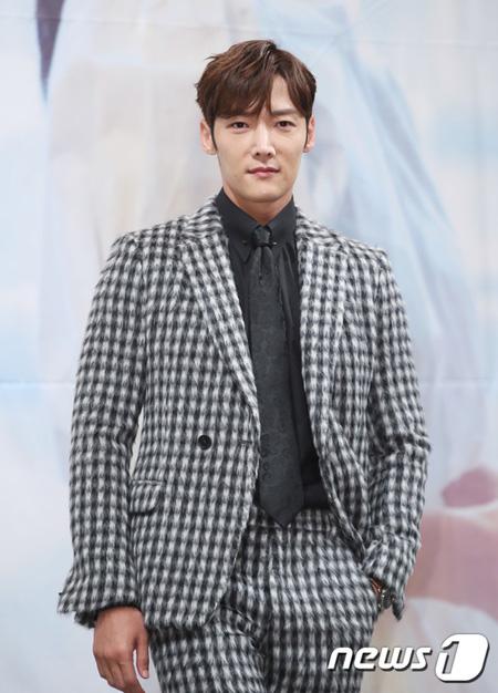 【公式】俳優チェ・ジンヒョク、新ドラマ「皇后の品格」男性主人公に確定=女優チャン・ナラと共演へ(提供:news1)
