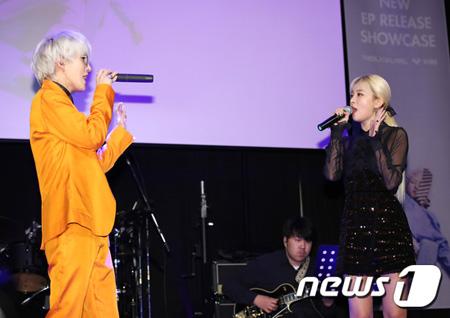 「Red Velvet」スルギ、Zion.Tのショーケースにサプライズ登場「参加できて光栄」
