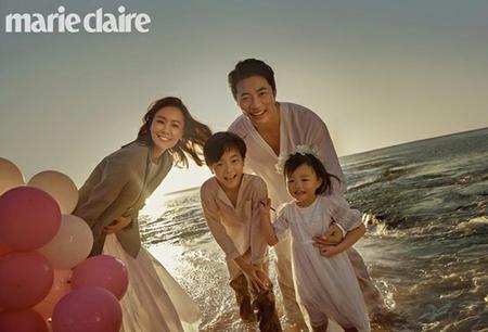"""韓国俳優クォン・サンウ&女優ソン・テヨン夫婦のロマンティックな写真が公開された。しかし今回は""""夫婦""""だけでなく、""""家族""""としての姿もおさめられた。(写真提供:OSEN)"""