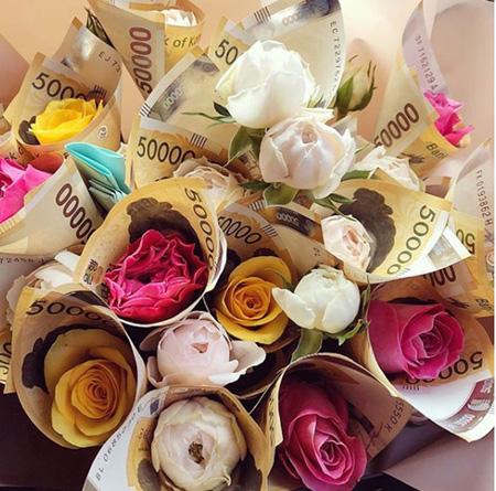 """ヒョナ、母親の誕生日に""""札の花束""""をプレゼント? (画像:ヒョナInstagram)"""
