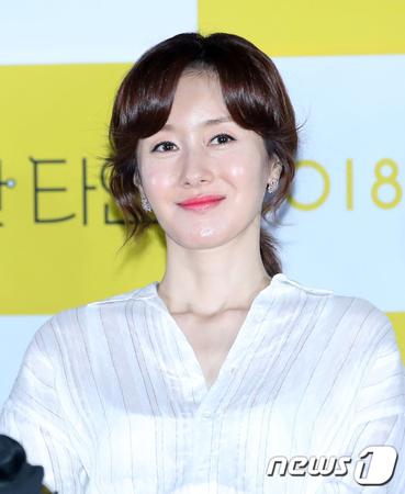 韓国女優キム・ジス(45)が、映画「完璧な他人」のインタビューに遅刻及び中止、そして飲酒騒動に関して取材陣に謝罪した。(提供:news1)
