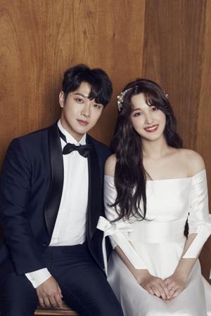韓国バンド「FTISLAND」メンバーのチェ・ミンファンと、「LABOUM」元メンバーのユルヒが、周囲の人々の祝福の中、幸せな結婚式を挙げた。(提供:OSEN)