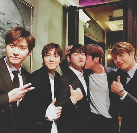"""韓国バンド「FTISLAND」""""マンネ""""(=末っ子)のチェ・ミンファンとユルヒ(元LABOUM)の結婚式に出席したメンバーたちの姿が公開された。(写真提供:OSEN)"""