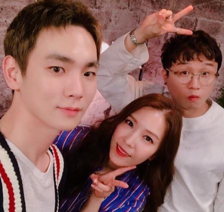 """韓国ボーイズグループ「SHINee」メンバーのキーが、""""SM公式姉""""である歌手BoAとタレントのパク・ソングァンとの記念写真を公開した。(提供:OSEN)"""