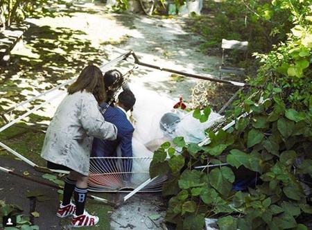 女芸人イ・スジ、ウェディング撮影中にブランコが倒れるハプニング…現場写真を公開(提供:OSEN)
