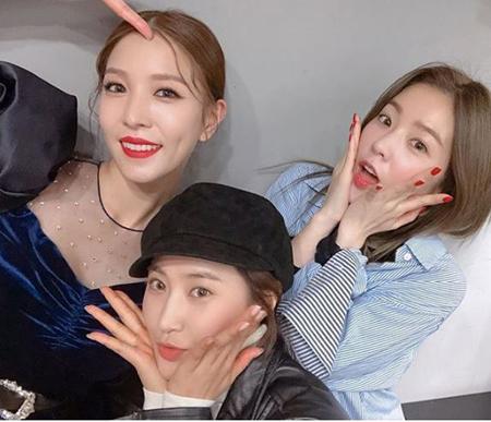 韓国歌手ユリ(少女時代)とアイリーン(Red Velvet)が、同じ事務所の先輩歌手BoAを応援した。(提供:OSEN)