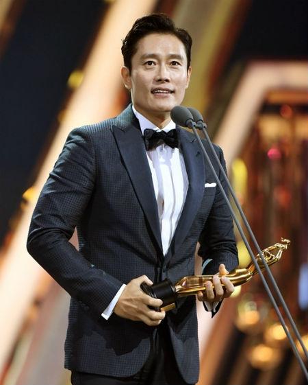 俳優イ・ビョンホンが「第2回ザ・ソウルアワード」で男優主演賞を受賞し、妻イ・ミンジョンへの感謝と愛情を示した。(提供:OSEN)