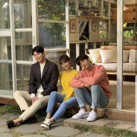 女優キム・ユジョン、俳優ユン・ギュンサン、ソン・ジェリムがJTBCドラマ「まずは熱く掃除せよ」のポスターを撮影した。(写真提供:OSEN)