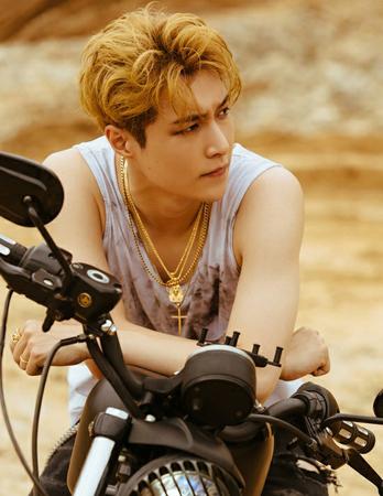 韓国ボーイズグループ「EXO」のLAYが強い男に変身した。(写真提供:OSEN)