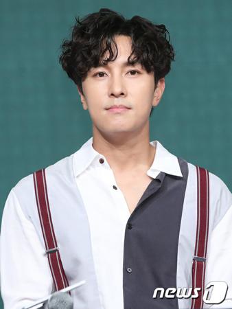 韓国ボーイズグループ「SHINHWA」メンバーのキム・ドンワンが、所属事務所であったCI ENTとの専属契約満了を迎えた。(写真提供:news1)
