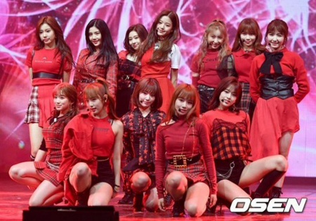 「IZ*ONE」の新曲「好きになっちゃうだろう? 」が、KBSとSBSの音楽番組では放送不可の判定をされた。(写真提供:OSEN)