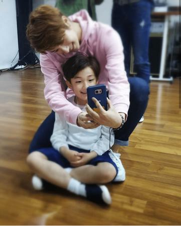 10歳以上離れた弟をとても可愛がっているアイドルがいる。その人物とは…韓国ボーイズグループ「SNUPER」のセビン。(写真提供:OSEN)