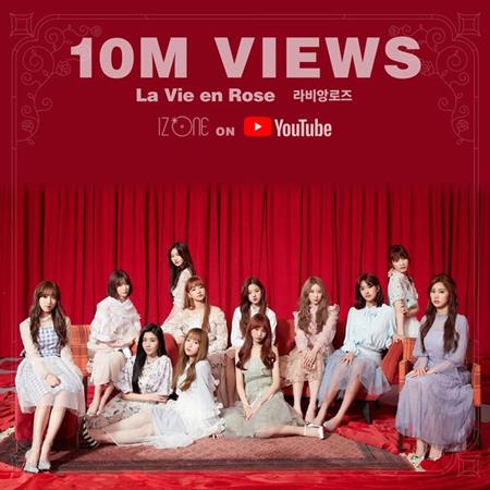 日韓ガールズグループ「IZ*ONE」のタイトル曲「La Vie en Rose」MVの再生回数が1000万回を突破した。(提供:OSEN)