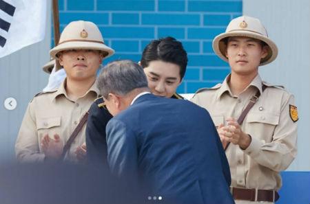 除隊を明日に控えた「JYJ」ジュンスが、文在寅(ムン・ジェイン)大統領と対面した。(提供:OSEN)