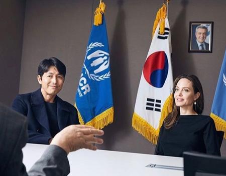 韓国俳優チョン・ウソンがハリウッド女優アンジェリーナ・ジョリーと一緒に撮ったツーショットを直接公開した。(提供:news1)