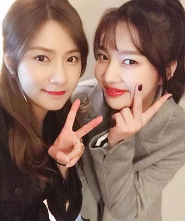 韓国ガールズグループ「Apink」のオ・ハヨンと「Red Velvet」のジョイは、1996年生まれの同級生! (写真提供:OSEN)