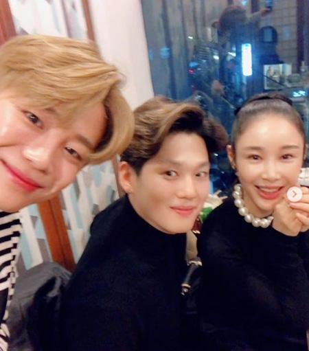 韓国アイドルグループ「BIGFLO」のウィジンが結婚を控えたミュージックビデオ監督イ・サガン(38)と「BIGFLO」ロン(27)と撮った写真を公開した。(提供:OSEN)