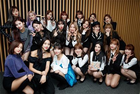 「TWICE」&「IZ*ONE」メンバーが大集合! 日本人メンバーも対面(画像:Mnet公式Twitter)