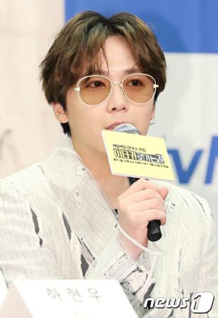 韓国バンド「FTISLAND」メンバーのイ・ホンギが、念願のプロボウラーの資格を取得した。(写真提供:news1)