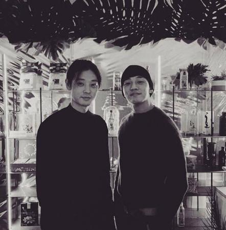 韓国俳優ユ・アインがフランス・パリに登場。他でもなく、歌手チョン・ジュンヨンがオープンを控えている韓国料理のレストランでのひとコマだ。(写真提供:OSEN)