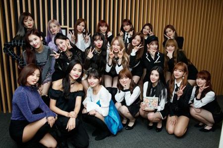 韓国ガールズグループ「TWICE」と「IZ*ONE」が、Mnetの音楽番組「Mカウントダウン」の現場で対面した。(写真提供:OSEN)