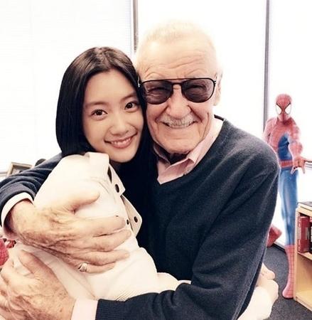 """女優クララ、""""マーベルの父""""故スタン・リーとの抱擁写真を掲載し哀悼(提供:news1)"""
