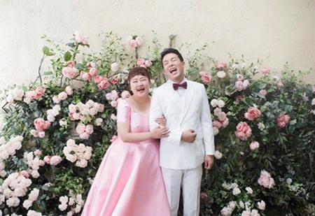 """韓国お笑い界の公式カップルであるホン・ユンファとキム・ミンギのウェディング写真が公開され、""""ハッピーウイルス""""が広がっている。(写真提供:OSEN)"""
