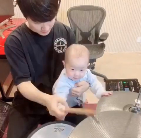 韓国バンド「FTISLAND」のチェ・ミンファンが、息子とドラム遊びをする様子を公開した。(提供:OSEN)
