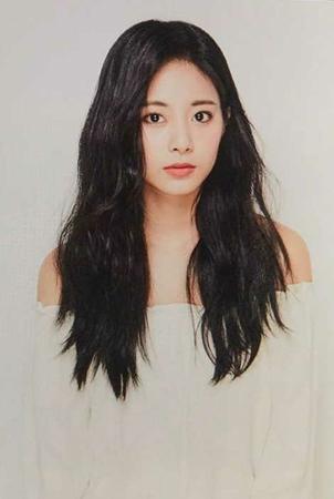 韓国ガールズグループ「TWICE」メンバーのツウィが、所属事務所JYPエンターテインメントに入社して6年を迎えたことを報告した。(写真提供:OSEN)