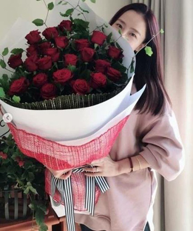 韓国ラッパーMicrodotと熱愛中の女優ホン・スヒョンが幸せな近況を報告した。(写真提供:OSEN)