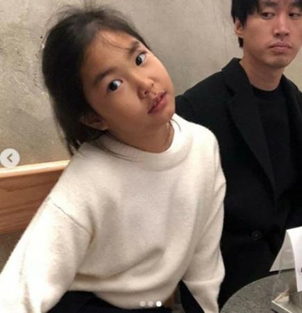 韓国ヒップホップグループ「EPIK HIGH」のTABLO&女優カン・ヘジョン夫妻の愛娘ハルちゃんの近況が公開され、話題を呼んでいる。(写真提供:OSEN)