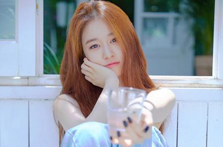 韓国ガールズグループ「T-ARA」メンバーのジヨンが、パートナーズパークと国内マネジメントの専属契約を結んだ。(提供:OSEN)
