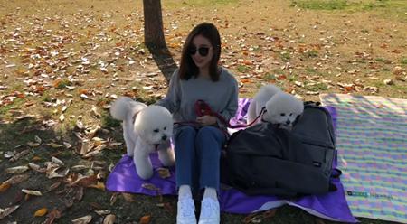 韓国女優シン・セギョンと一緒に暮らす可愛らしい愛犬2匹が話題になっている。(写真提供:OSEN)