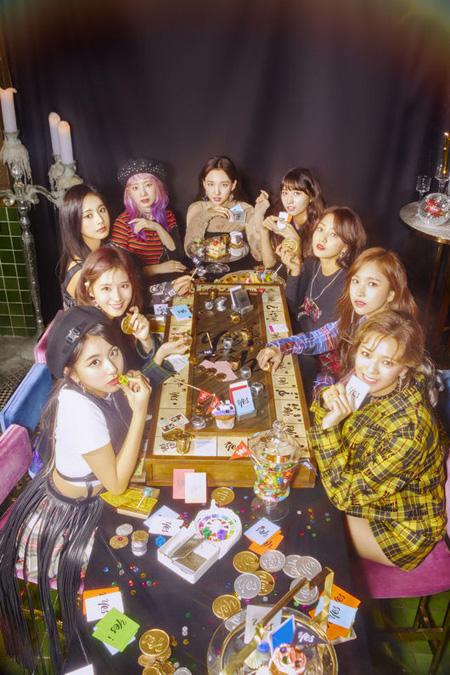 韓国ガールズグループ「TWICE」が12月にリパッケージアルバムを発表する。別途の放送活動はしない予定だ。(提供:OSEN)