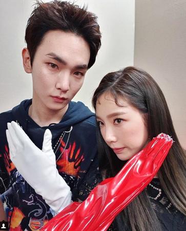 韓国ボーイズグループ「SHINee」メンバーのキーが、ショーケースの進行をしてくれた事務所の先輩「少女時代」テヨンに感動した。(提供:OSEN)