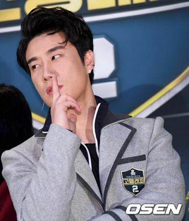 韓国ラッパーのSan Eが、所属事務所BRANDNEW MUSICの後輩である「Wanna One」メンバーのイ・デフィとパク・ウジンについて言及し物議を醸している。(写真提供:OSEN)