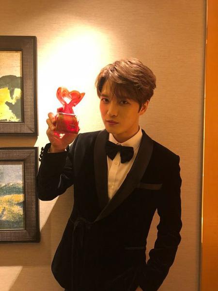 韓国歌手ジェジュン(JYJ)が中国・上海で「2018輝くビューティーアイドル賞」を受賞した。(提供:OSEN)