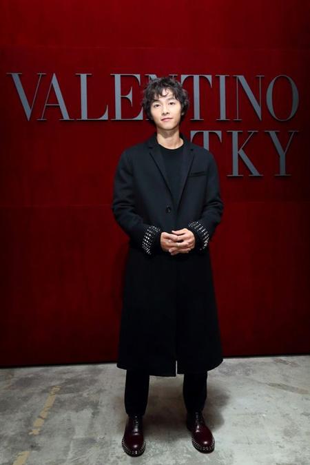 俳優ソン・ジュンギ、東京で開催の「ヴァレンティノ」ファッションショーに出席(画像:OSEN)