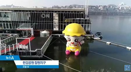 韓国ボーイズグループ「EXO」のCHANYEOLにファンが贈った巨大プレゼントが、ニュース番組でも紹介された。(写真提供:OSEN)