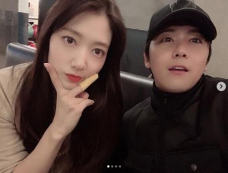 韓国女優パク・シネが、仲良いことでも知られているイ・ホンギ(FTISLAND)との2ショット写真を公開して注目を集めている。(写真提供:OSEN)