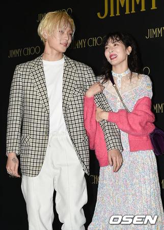 韓国歌手ヒョナとイドンが、前所属事務所CUBEエンターテインメントとの契約解除に合意してから初めて公式の場に姿を現した。(提供:OSEN)