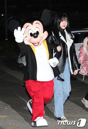 ミッキーマウス、「宇宙少女」と共に人気音楽番組のリハーサルに出席(提供:news1)