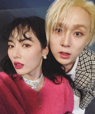交際を認めた韓国歌手ヒョナとイドンが、イベント会場で撮った超密着2ショットを公開し、注目を集めている。(写真提供:OSEN)