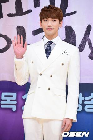 韓国歌手Rain(ピ)は、両親の詐欺疑惑を暴露する、いわゆる「Be(ビッ/借金)Too」に関して、被害に遭ったと主張するA氏を相手に告訴の手続きを進めるため、本格的な議論に入ったという。(提供:OSEN)